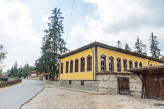 El edificio de una escuela primaria en Koprivshtitsa, Bulgaria Foto de archivo libre de regalías