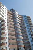 El edificio de varios pisos moderno en Pyatigorsk, Rusia Imagen de archivo libre de regalías