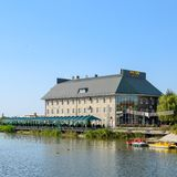 El edificio del centro de entretenimiento del Parque-hotel-Uyut en el lago en la ciudad de Slavyansk-en-Kuban imagen de archivo libre de regalías