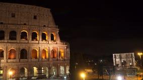 El edificio del Colosseum y el arco de Constantina en Roma en la noche almacen de video