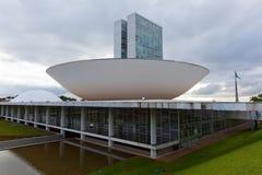 Congreso nacional del Brasil con la bandera en el fondo en Brasilia fotos de archivo libres de regalías