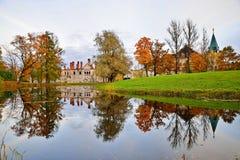 El edificio del Fyodorovsky Gorodok y árboles amarillos refleja Foto de archivo libre de regalías