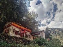 el edificio del monasterio budista con rezo señala las flores por medio de una bandera fotos de archivo libres de regalías