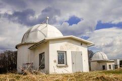 El edificio del observatorio de Lviv con los telescopios imágenes de archivo libres de regalías