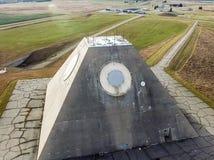 El edificio del radar de radio bajo la forma de pirámide en base militar Pirámide del radar de sitio de misil en Nekoma del norte imagenes de archivo
