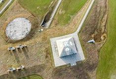 El edificio del radar de radio bajo la forma de pirámide en base militar Pirámide del radar de sitio de misil en Nekoma del norte foto de archivo
