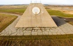 El edificio del radar de radio bajo la forma de pirámide en base militar Pirámide del radar de sitio de misil en Nekoma del norte fotos de archivo libres de regalías