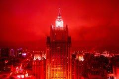 El edificio del rascacielos de la época de Stalin en el centro de Moscú en noche roja se enciende fotografía de archivo libre de regalías