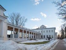 El edificio del señorío urbano anterior Vyazemsky-Sheremetev en el pueblo de Ostafievo foto de archivo