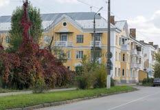 El edificio del tres-piso del rojo, amarillea construido en IES 30 del Imagen de archivo