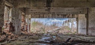 El edificio destruido de una granja abandonada en las cercanías del pueblo, Ucrania Fotos de archivo libres de regalías