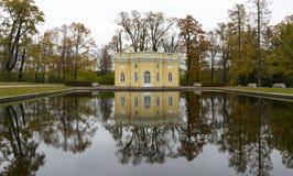 El edificio en el parque de Tsarskoe Selo del refl de St Petersburg Fotos de archivo libres de regalías