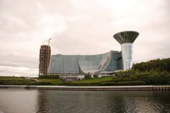 El edificio en el río Foto de archivo libre de regalías