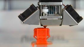 El edificio en la nueva impresión de la impresora 3d aisló la naranja del objeto en superficie plana y limpia almacen de metraje de vídeo