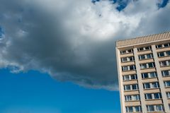 El edificio en las nubes, estructura que se eleva al cielo, perforando las nubes fotos de archivo