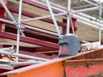 El edificio está bajo construcción, un casco de soldadura en el acero del tejado imágenes de archivo libres de regalías