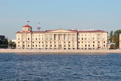 El edificio está en el estilo de neoclassicism estalinista en el terraplén del arsenal St Petersburg foto de archivo