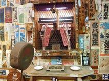 El edificio japonés muy tradicional con millares de etiquetas engomadas pegó las paredes fotografía de archivo