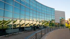 El edificio llenó de los espejos que reflejaban el pabellón i de Knoxville fotos de archivo libres de regalías
