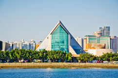 El edificio moderno de la sala de conciertos de Xinghai y la música ajustan en la ciudad de Guangzhou, paisaje urbano de China As fotos de archivo libres de regalías