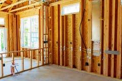 El edificio o la casa de marco con el cableado eléctrico básico imagen de archivo libre de regalías