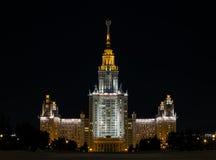 El edificio principal de la universidad de estado de Moscú en el illuminati de la noche Foto de archivo libre de regalías