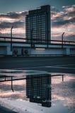 El edificio reflejó en charco fotos de archivo
