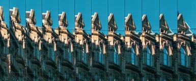 El edificio reflejó en Windows duplicado múltiple foto de archivo libre de regalías