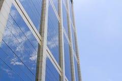 El edificio refleja con el cielo azul Imagen de archivo libre de regalías
