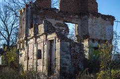 El edificio roto abandonado viejo no necesita cualquier persona Fotos de archivo