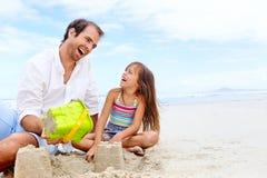 Niño feliz del castillo de la arena imagenes de archivo