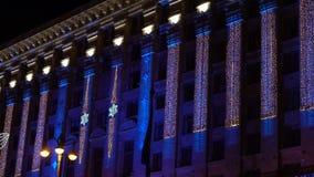 El edificio se adorna con las luces y las guirnaldas almacen de metraje de vídeo
