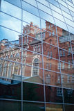 El edificio se refleja en el vitral Imagenes de archivo