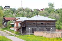 El edificio viejo, almacén, granero en la ciudad Yuryevets Foto de archivo