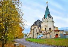 El edificio viejo de la ciudad de Fyodorovsky en el otoño en el Al Fotos de archivo