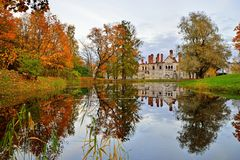 El edificio viejo de la ciudad de Fyodorovsky y de los árboles del otoño está con referencia a Imagen de archivo