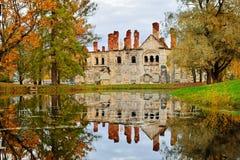 El edificio viejo del Fyodorovsky Gorodok y referencia amarilla de los árboles Fotos de archivo libres de regalías