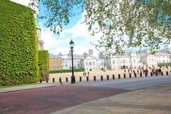 El edificio viejo del Ministerio de marina en desfile de los guardias de caballo en Londres Una vez las jefaturas operativas de l Foto de archivo libre de regalías