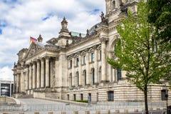 El edificio y las banderas alemanas, Berlín de Reichstag Foto de archivo