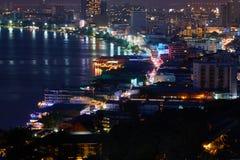 El edificio y los rascacielos en el tiempo crepuscular en Pattaya Imágenes de archivo libres de regalías