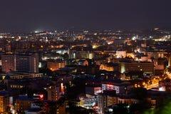 El edificio y los rascacielos en el tiempo crepuscular en Pattaya Foto de archivo libre de regalías