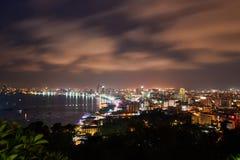 El edificio y los rascacielos en el tiempo crepuscular en Pattaya Fotografía de archivo libre de regalías