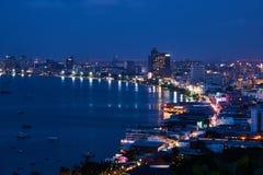 El edificio y los rascacielos en el tiempo crepuscular en Pattaya Foto de archivo