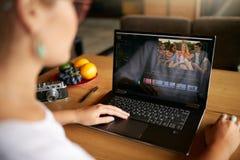 El editor de vídeo del Freelancer trabaja en el ordenador portátil con película que corrige software Vlogger de Videographer o cá foto de archivo libre de regalías