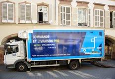 El efectivo del METRO y lleva el camión de reparto en ciudad Imagenes de archivo