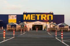 El efectivo del metro y lleva el logotipo del supermercado Fotos de archivo libres de regalías