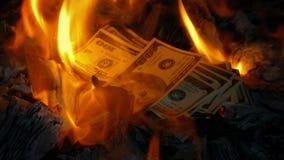 El efectivo se lanza en el fuego