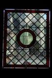 El efecto del cristal de botellas con la ventana medieval foto de archivo