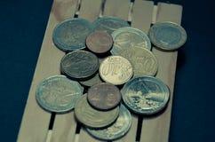 El efecto retro de la foto del vintage del euro acuña el dinero en la plataforma Preparado para el transporte Fotografía de archivo libre de regalías