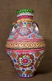 El egipcio colorido handcrafted el tarro de cerámica adornado artístico en fondo de la harpillera Fotografía de archivo